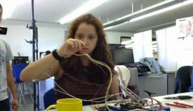 Alumnos de Ingeniería crean dispositivo biomédico para detener temblor de manos sin cirugías ni fármacos
